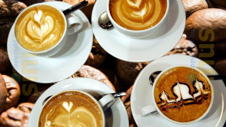 Cappuccinos mit Milchschaumkunst