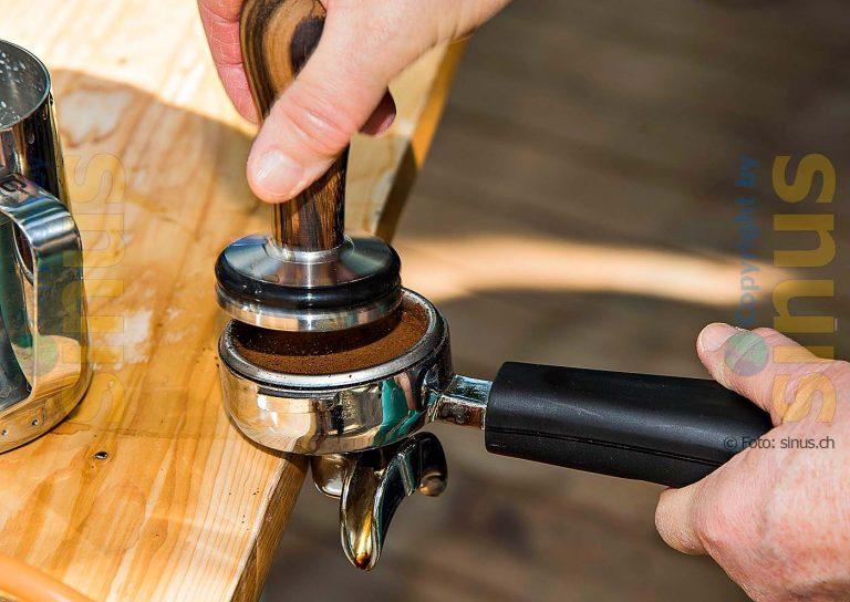 Pressen des Kaffeepulvers